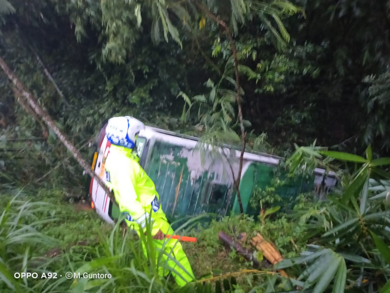 Bus Akas Tergelincir Masuk Jurang Ranuyoso Lumajang