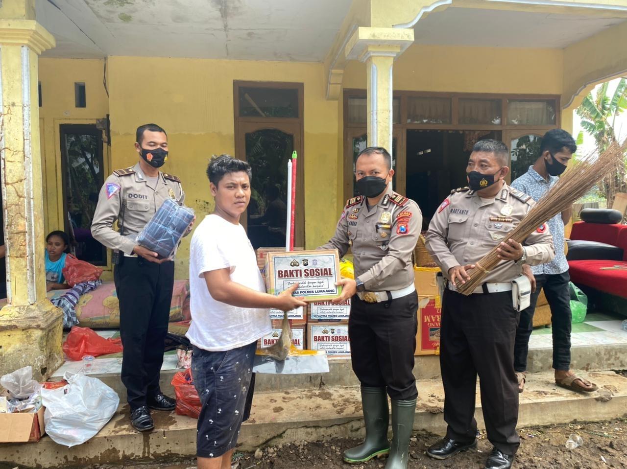Satlantas Polres Lumajang Baksos Terhadap Korban Banjir Bagi Sembako