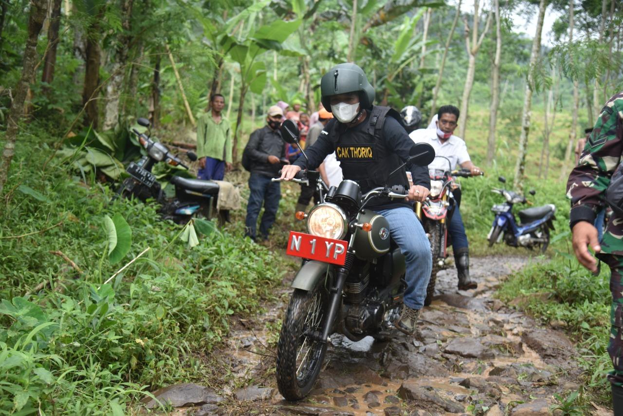 Bupati Lumajang Tinjau Lokasi Tanah Longsor di Desa Sawaran Kulon