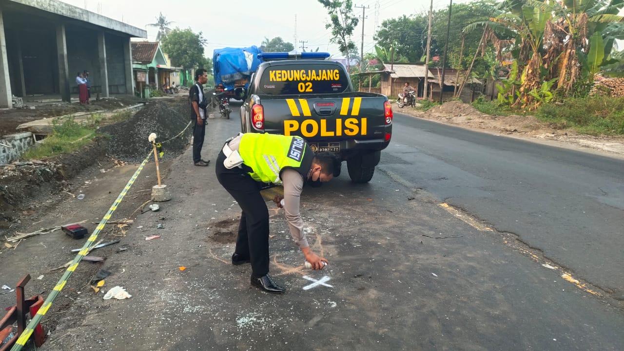 Sopir Truk Fuso Tewas Diseruduk Mobil APV di Kedungjajang Lumajang