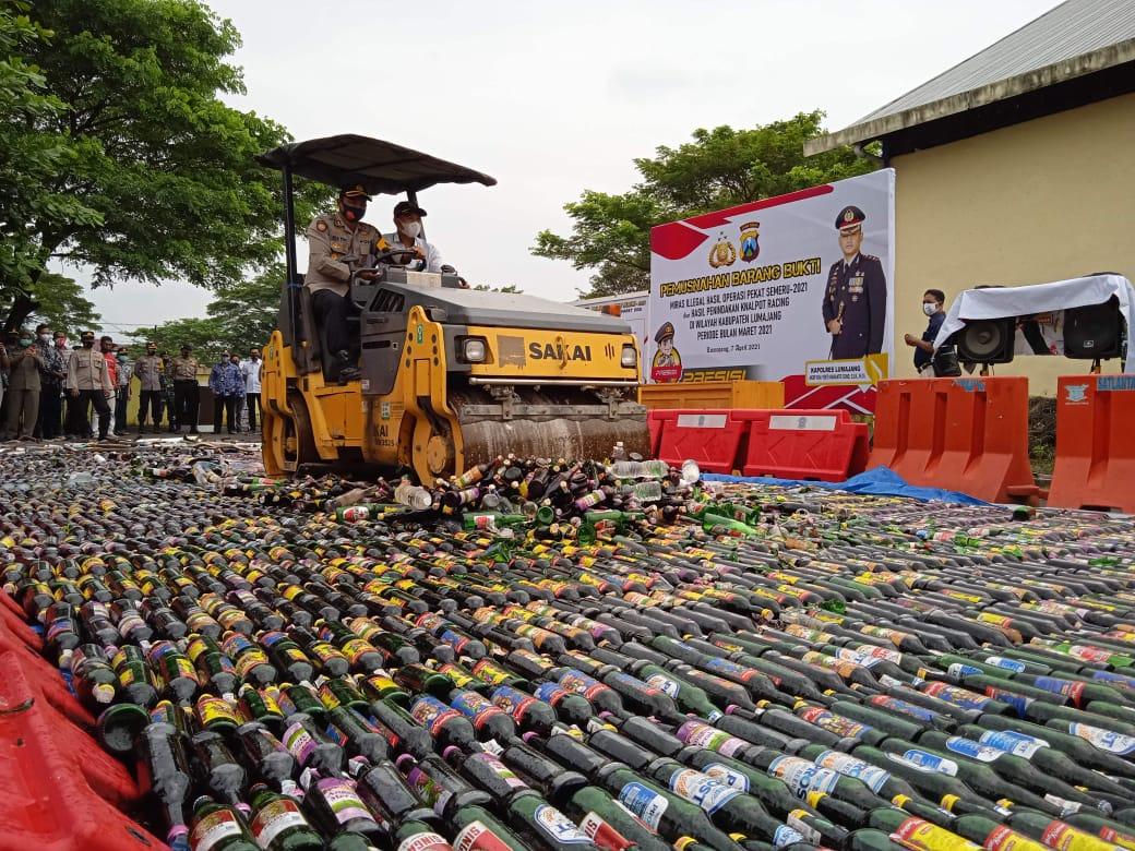 Ribuan Botol Miras Lumajang Hasil Operasi Dimusnahkan