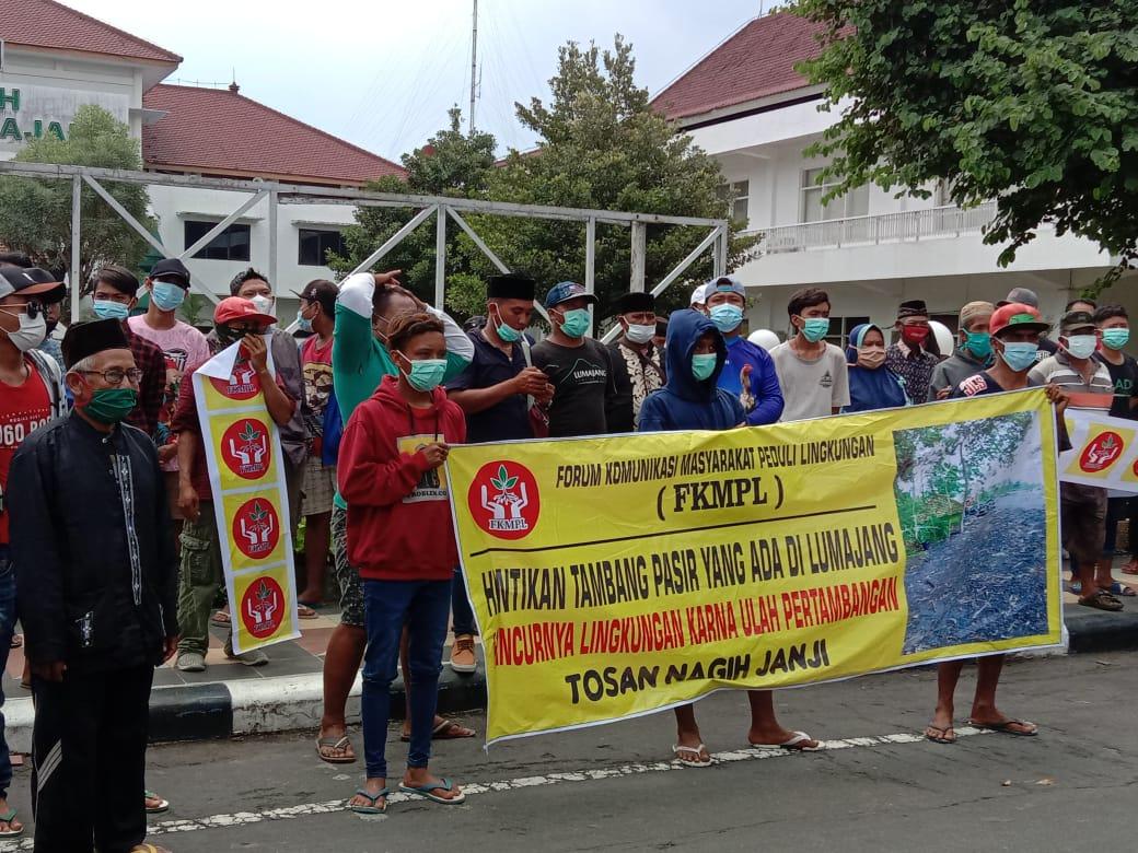 FKMPL Demo depan Pemkab Lumajang