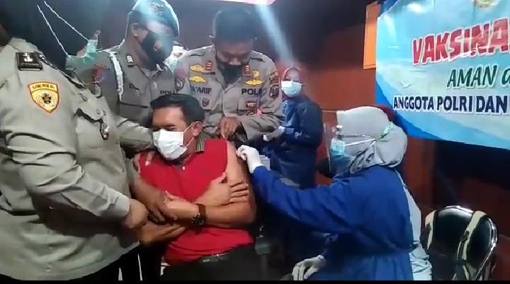 Lucu..! 2 Anggota Polres Lumajang Takut Jarum Suntik Ketika Vaksinasi