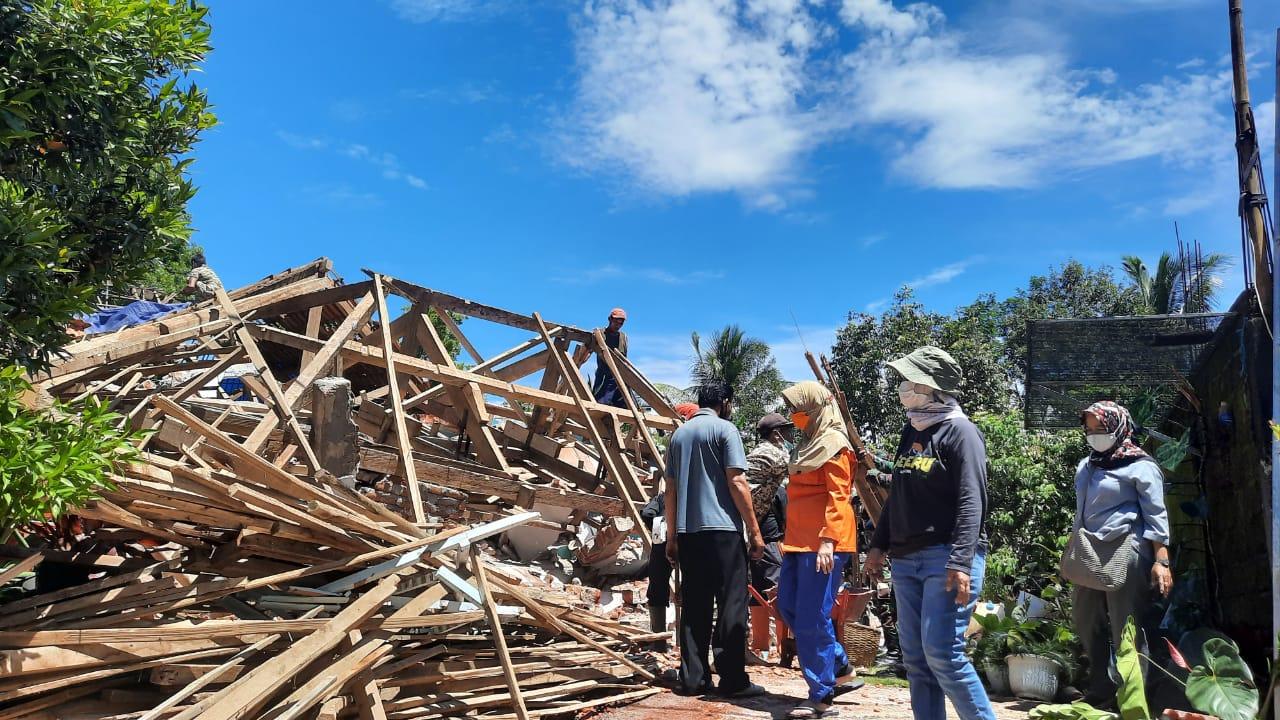 Wabup Lumajang Sambangi Warga Bersihkan Rumah Roboh Dampak Gempa