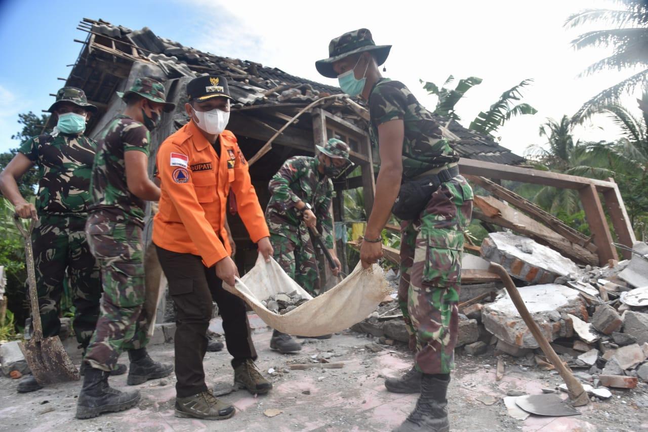 Cak Thoriq  Keliling Gotong Royong  Bantu Korban Gempa Lumajang