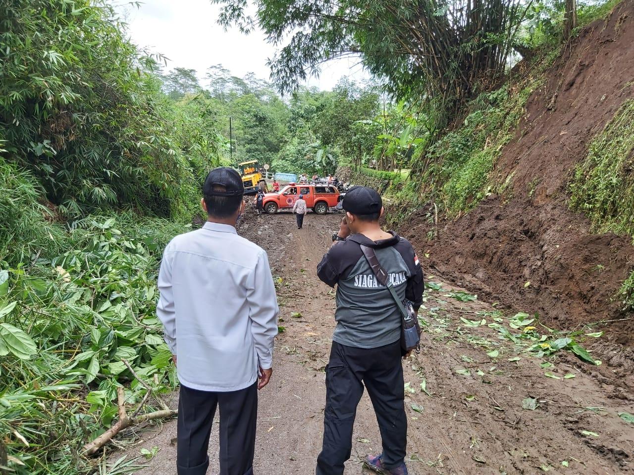 Jalur Desa Krasak Kedungjajang Diterjang Tebing Longsor