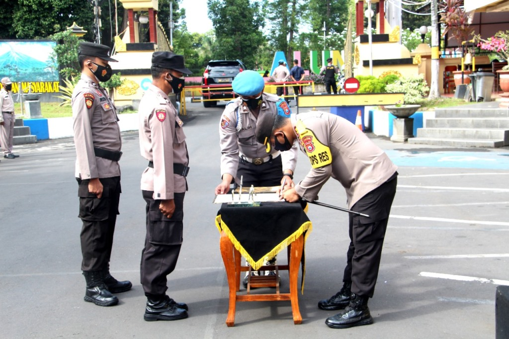 Polres Lumajang Lakukan Penandatanganan Pakta Integritas Bansos