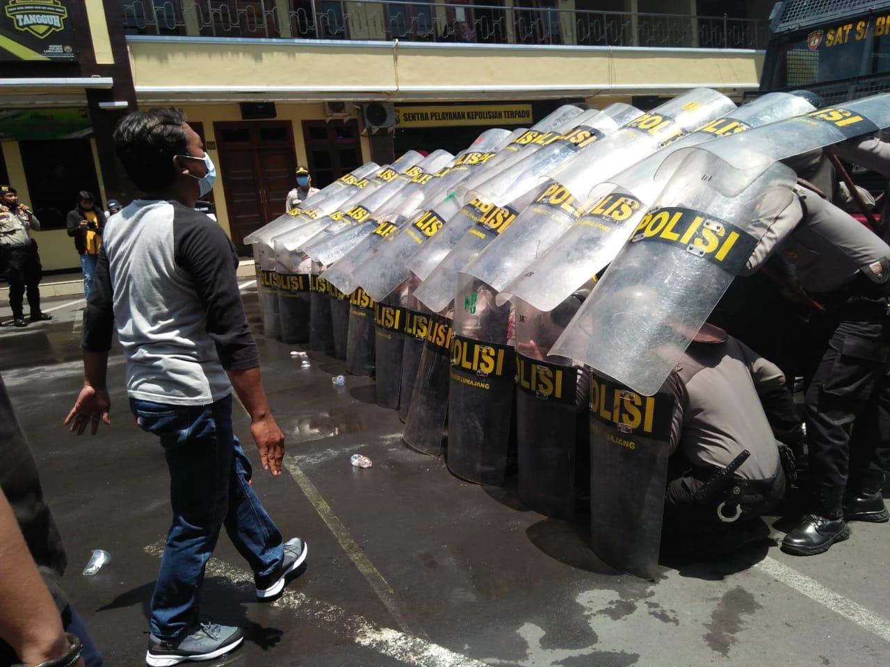 Tim Kuro Polres Lumajang Simulasi Pengamanan Demo Rusuh