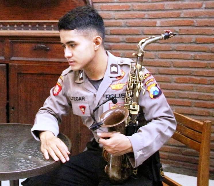 Briptu Luki Polisi Ganteng Lumajang Jago Main Saxophone