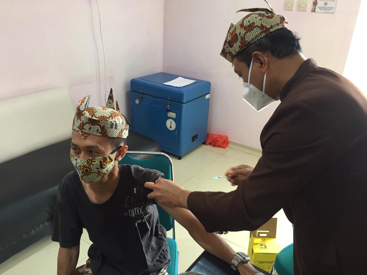 ASN Vaksinasi Tahap Ke-2 Mengenakan Pakaian Khas Lumajang