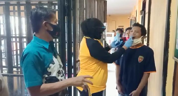 Kasat Tahti Polres Lumajang Semprotkan Anti Body Kepada Tahanan