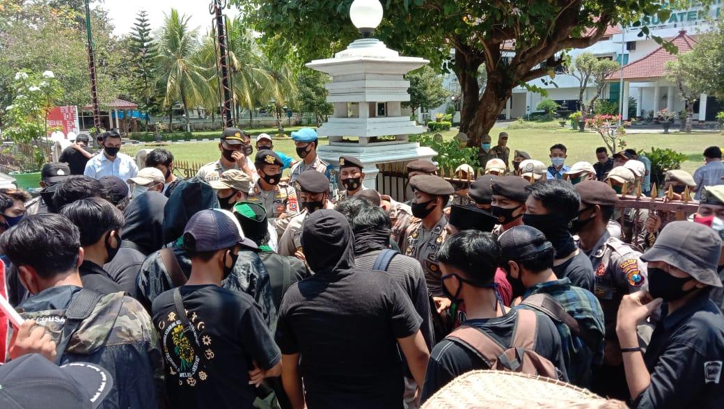 Aksi Damai Poros Suwandak Berujung Saling Dorong Depan Pemkab Lumajang