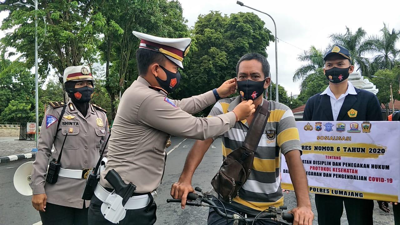 Satlantas Polres Lumajang Bagikan Ribuan Masker