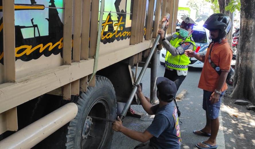 Polantas Lumajang Bantu Sopir Truk Alami Ban Bocor