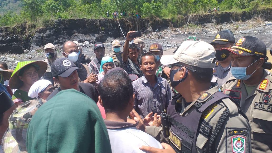 Warga Desa Jogosari Lumajang Tutup Tambang Pasir Berlangsung Ricuh