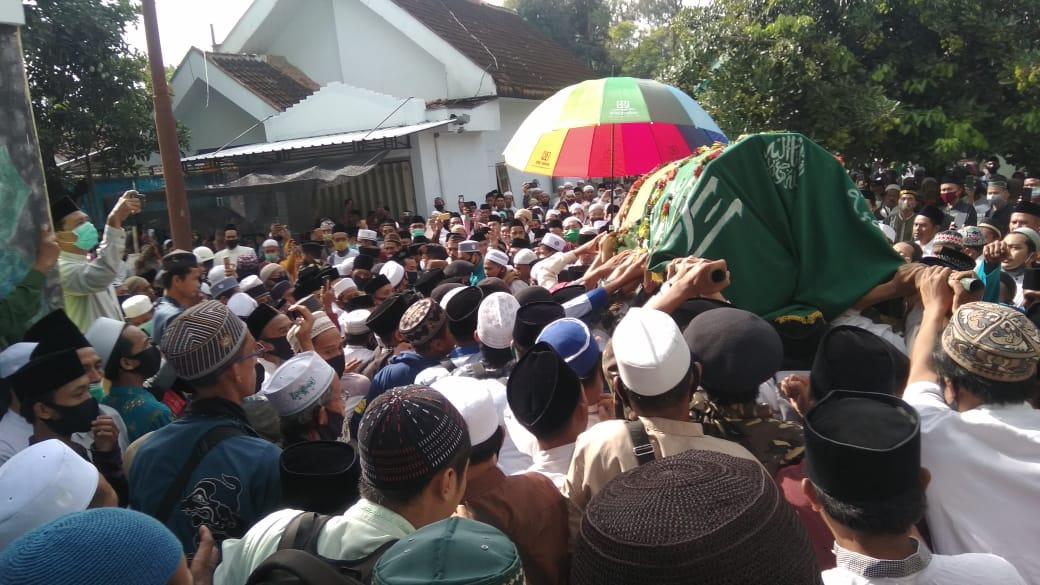 KH. Adnan Syarif Ponpes Kyai Syarifuddin Tutup Usia Dibanjiri Pelayat