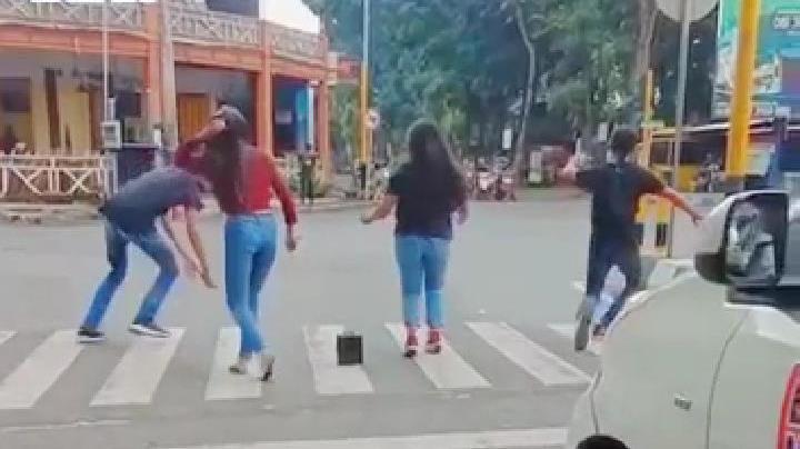 Viral! Aksi Joget Remaja Lumajang di Jalan Toga Bikin Polisi Gemes