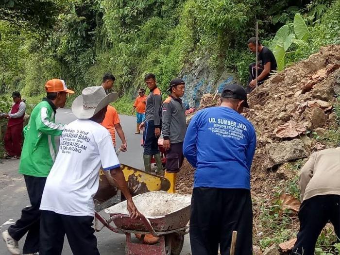 Perangkat Desa Sumberwuluh Bersihkan Material Longsoran di Piket Nol