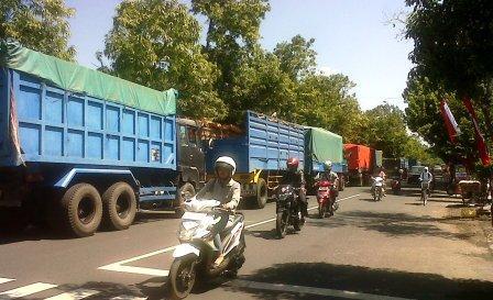 Sebelum SBY Melintas, Truk-truk Angkutan Pasir Dihentikan Melintas