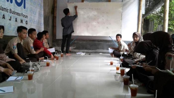 Jaga Peradaban, Penggiat Sejarah Lumajang Belajar Baca Aksara Jawa Kuno di Warkop