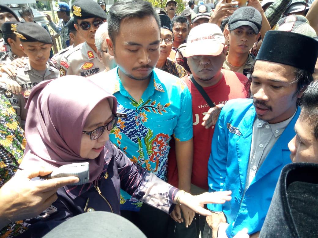 Bunda Indah Emosi Menghadapi Aksi Demo PMII Lumajang Tagih Janji Politik