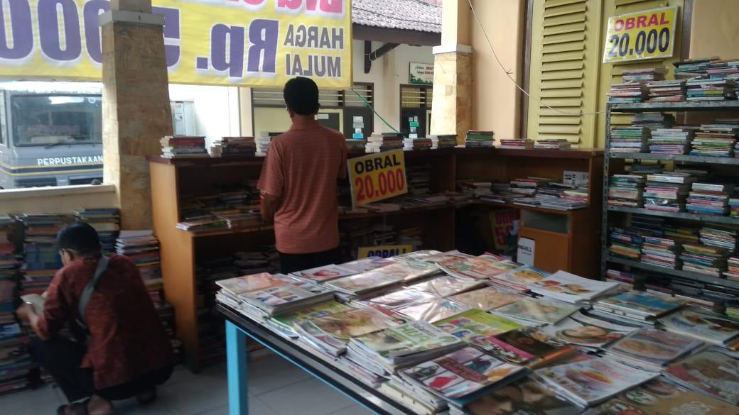 Berburu Buku Rp 5000-an di Perpustakaan Lumajang