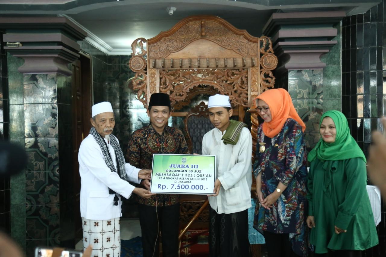 Cak Thoriq  Berikan Beasiswa Ke Santri Ponpes Syarifuddin Juara Tahfidz Qur'an