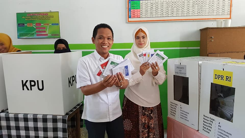 Cak Thoriq dan Mbak Farin Nyoblos di TPS Depan Pendopo Arya Wiraraja