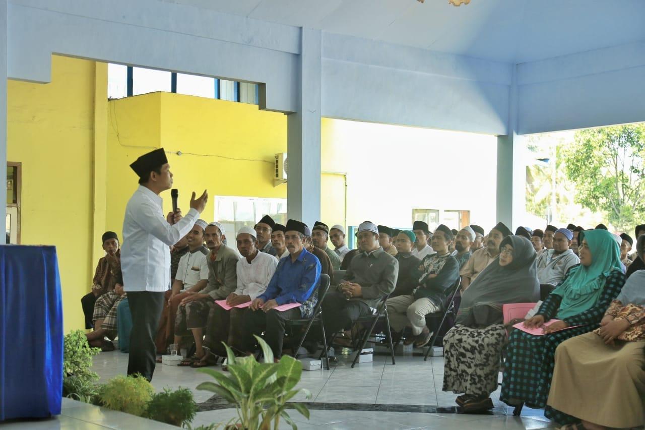 Cak Thoriq Berikan Honor Guru Ngaji di Ranuyoso, Bunda di Klakah