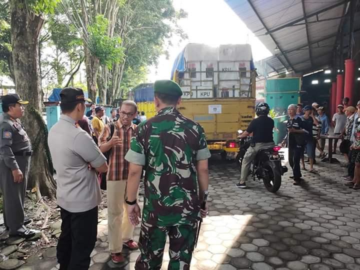 Pendistribusin Logistik Pemilu di Lumajang DIkawal Aparat Bersenjata