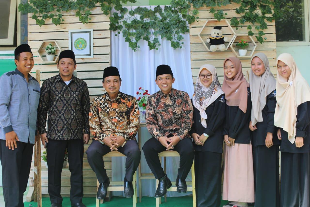 Bupati dan Ketua DPRD Sambangi Stand Foto KPI IAI Syarifuddin Lumajang