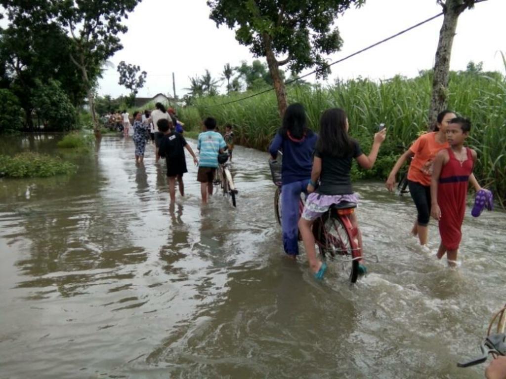 Meluap, Banjir Selutut Rendam Rumah Warga Desa Darungan Yosowilangun