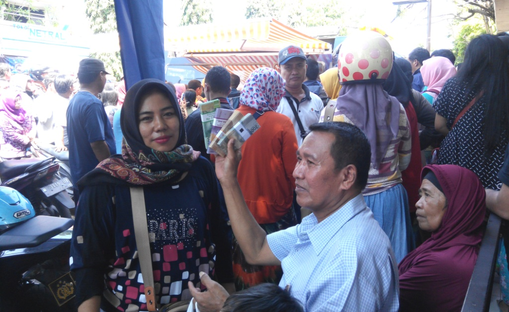 Kas Penukaran Uang Baru BI Langsung Diserbu Warga di Pasar Lumajang