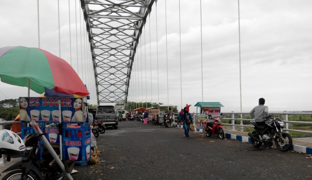 Libur Lebaran, Jembatan JLS Ramai Pengujung Nikmati Indahnya Alam Lumajang