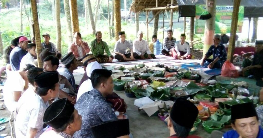 Makan Ketupat Bersama, Warga Tanggung Lestarikan Budaya di Pemandian Alam Sumber Pakel