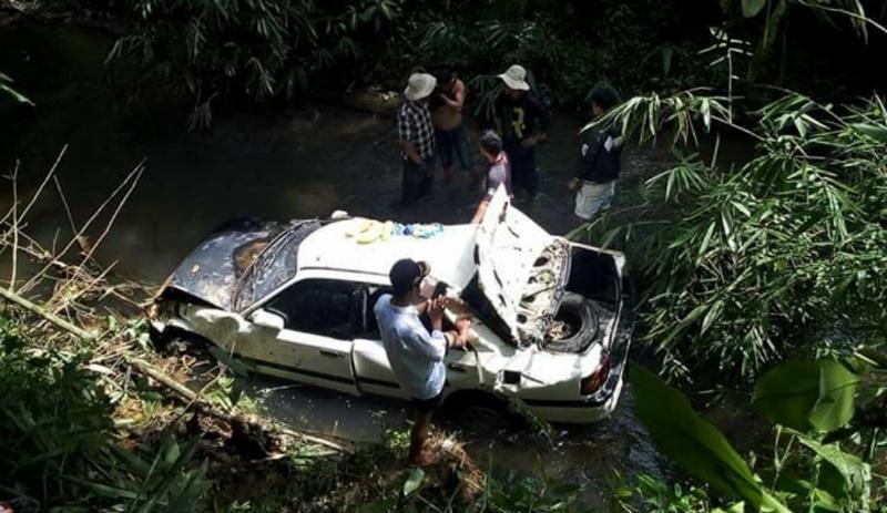 Kurang Waspada, Mobil Mazda Putih Nyungsep ke Jurang