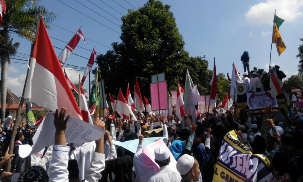 Aksi Depan DPRD Lumajang, Ribuan Santri Tolak Full Day School