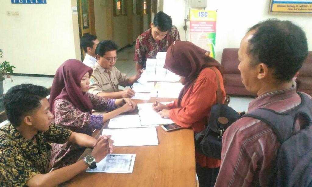 Diserbu…! Ratusan Calon Panwascam Lumajang Ambil Formulir Pendaftaran
