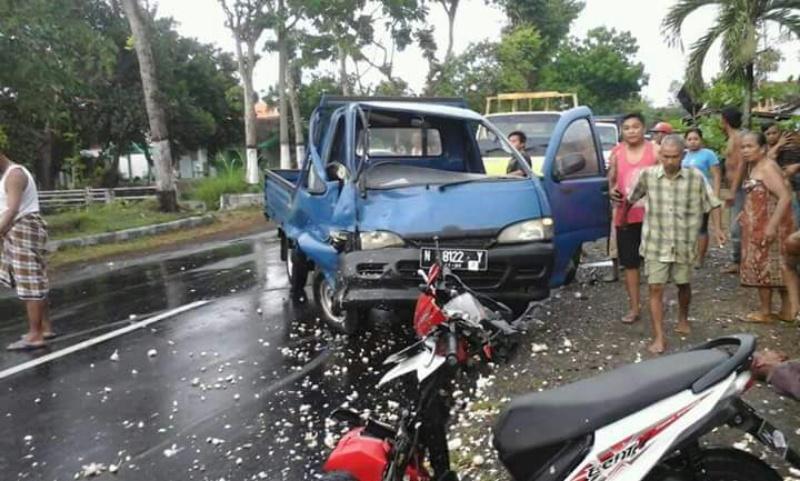 Mobil Pick Up Rusak Setir, Oleng dan Hantam Sepeda Motor di Tekung