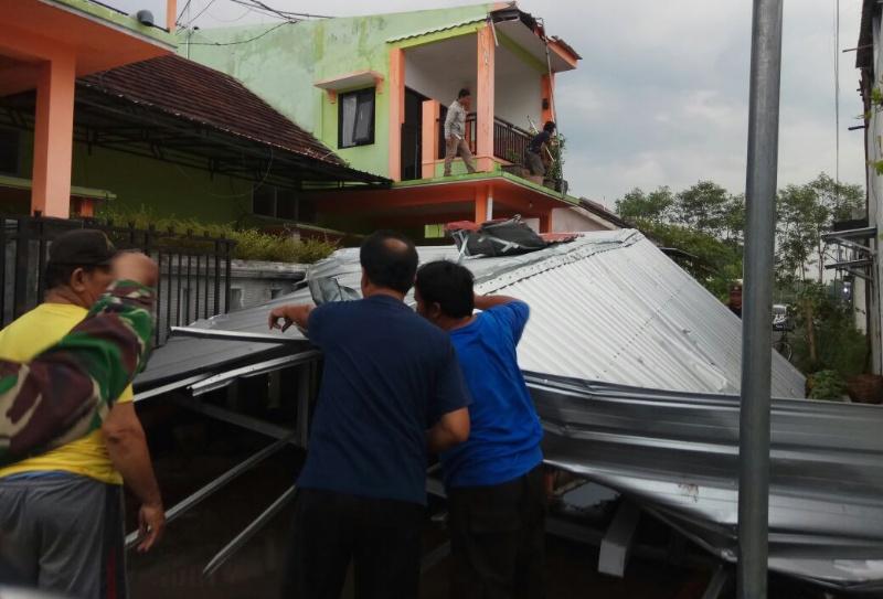 Angin Kencang, Atap Rumah Warga Perumahan Tukum Porak Poranda