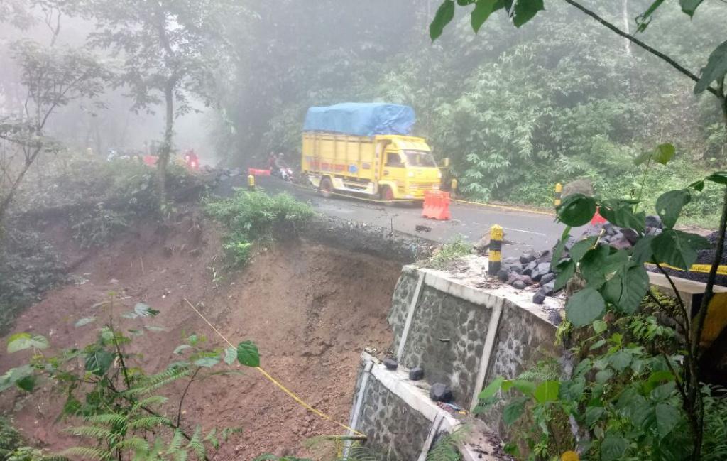 Bisa Putus Jalur Lumajang-Malang, Longsor KM 56 Piket Nol Semakin Menghawatirkan