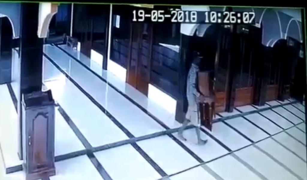 Maling Kotak Amal Masjid Al-Ikhlas Terekam CCTV