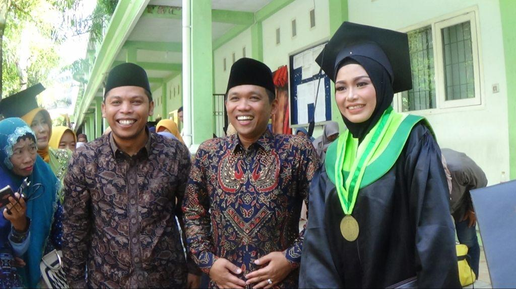 Istri Ketua DPC PKB Lumajang Diwisuda di IAI Syarifuddin