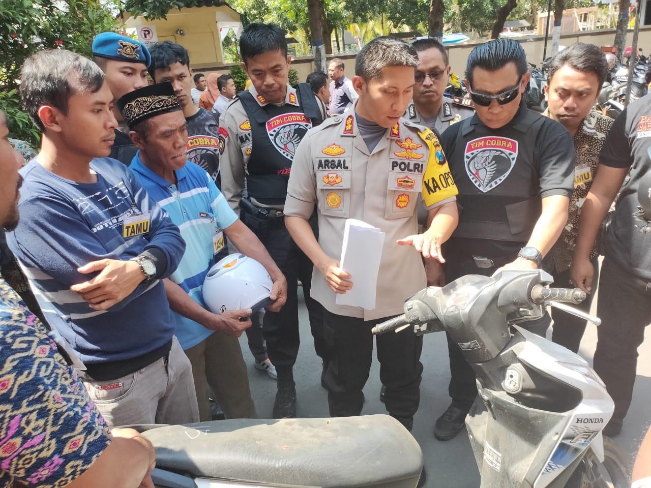 Tim Cobra Kembalikan Motor Hasil Aksi Begal Cantik Asal Jember ke Ortu Korban