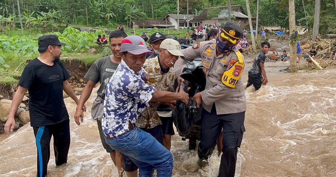 Kapolres Lumajang AKBP Eka Yekti Bantu Korban Longsor di Sawaran Kulon