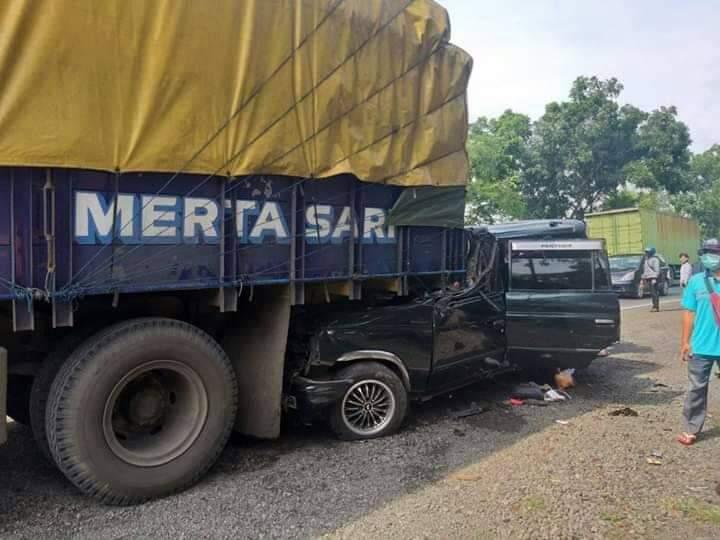 Mobil Panther Rombongan Asal Lumajang Tabrak Truk Sebabkan 6 Orang Tewas