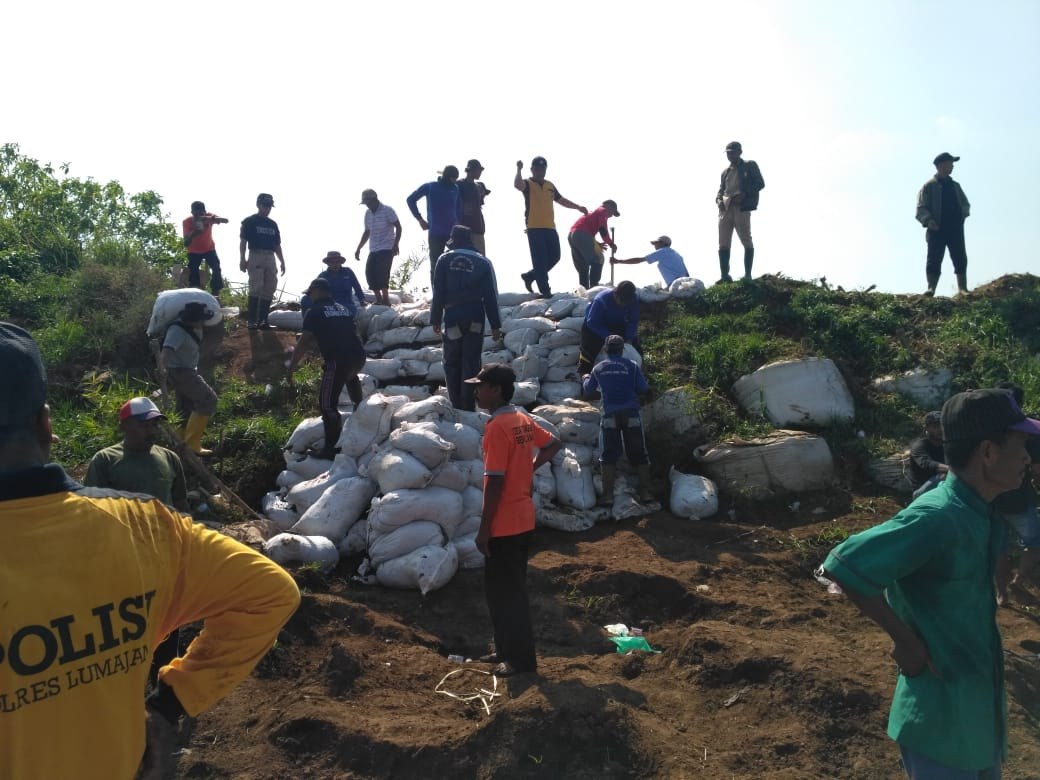 Muspika dan Warga Rowokangkung Perbaiki Tanggul Sungai di Kampung Genitri