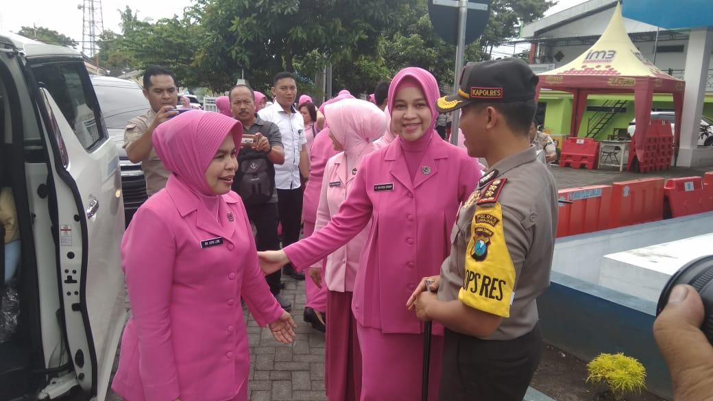 Ketua Bhayangkari Jatim Terpersona Aksi Pocil dan Batik Corak Lumajangan
