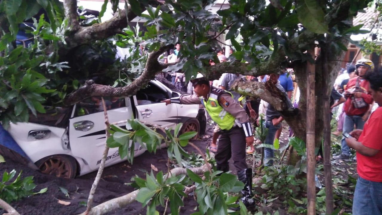 Bruak..!  Tronton Angkut Pasir Seruduk Xenia di Ranuyoso Lumajang