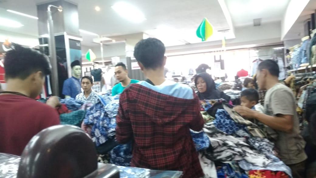 Warga Lumajang Belanja dan Berebut Baju Baru Disaat Mepet Hari Raya